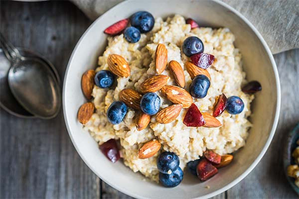 Oatmeal with fruits pre-workout foods mfine